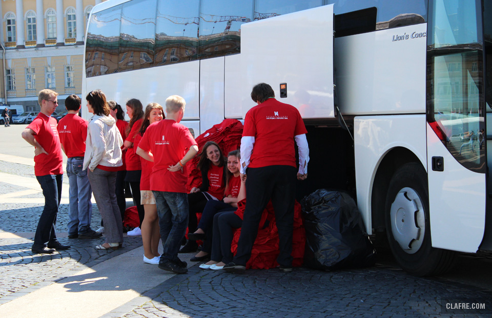 Перед пробегом из автобуса, который будет подбирать отстающих роллеров, участникам раздают футболки Фестиваля