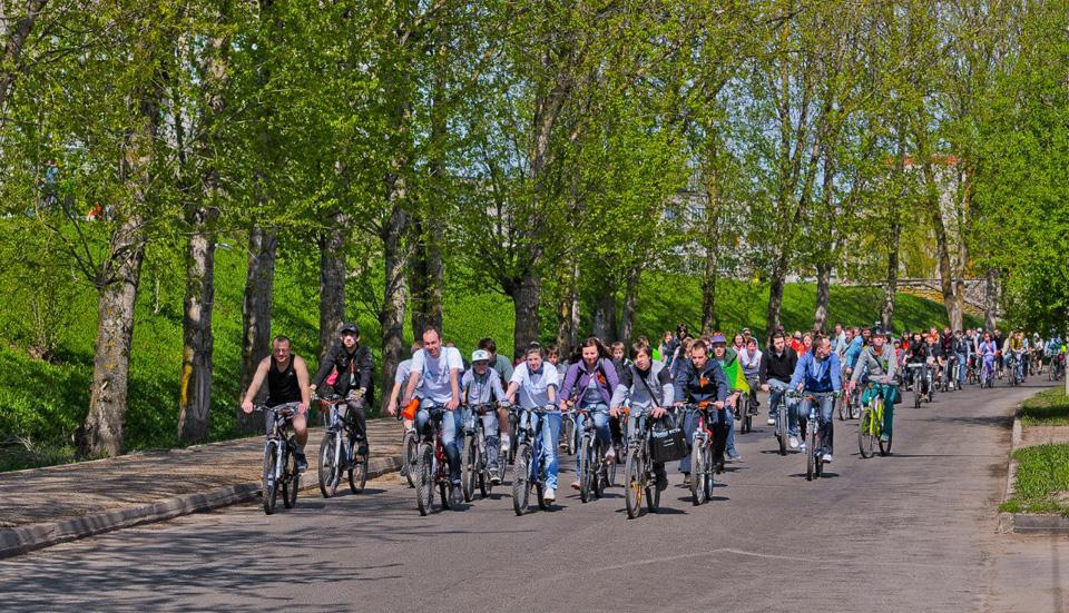 Колонна велосипедистов едет по улице Черняховского