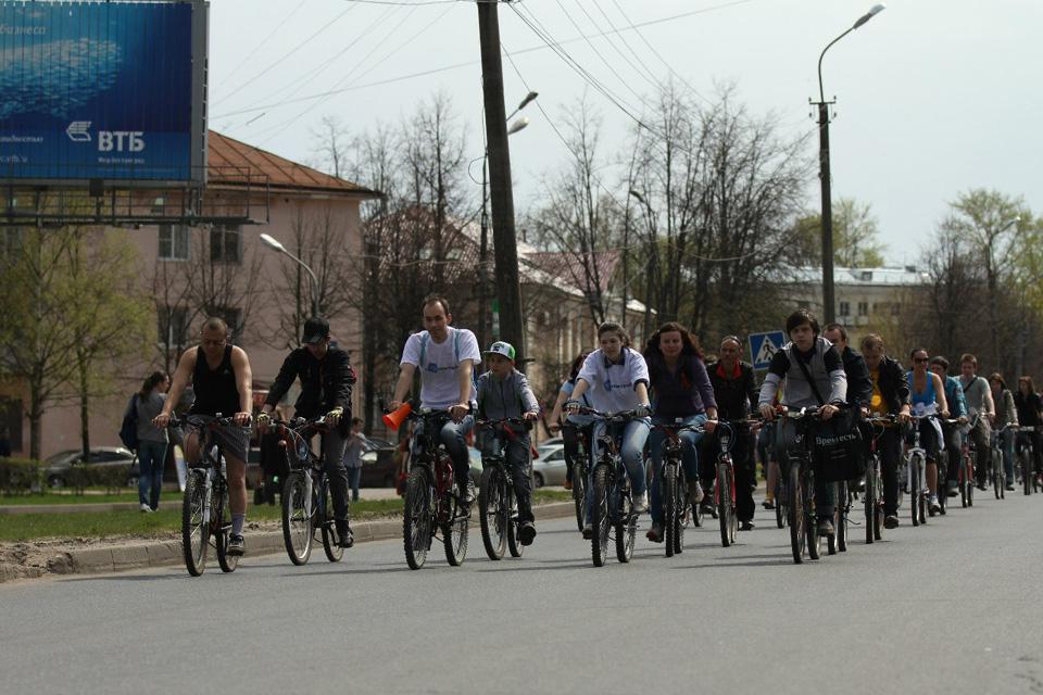 Участники пробега «День Победы» едут по Большой Санкт-Петербургской