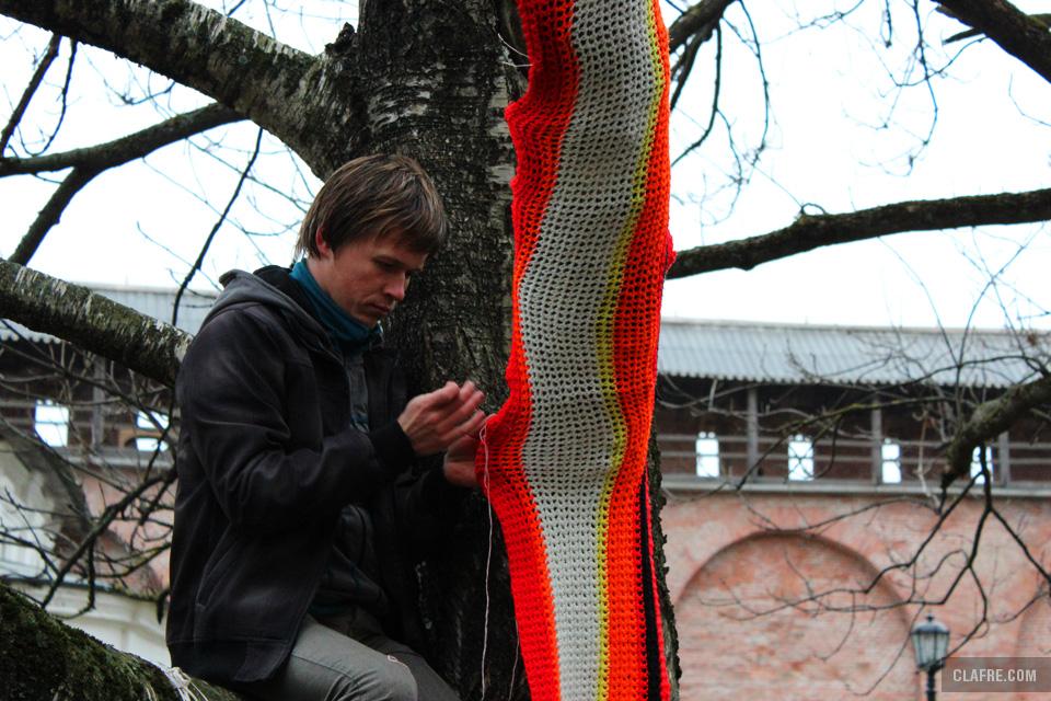 Ветка дерева облачается в шарф