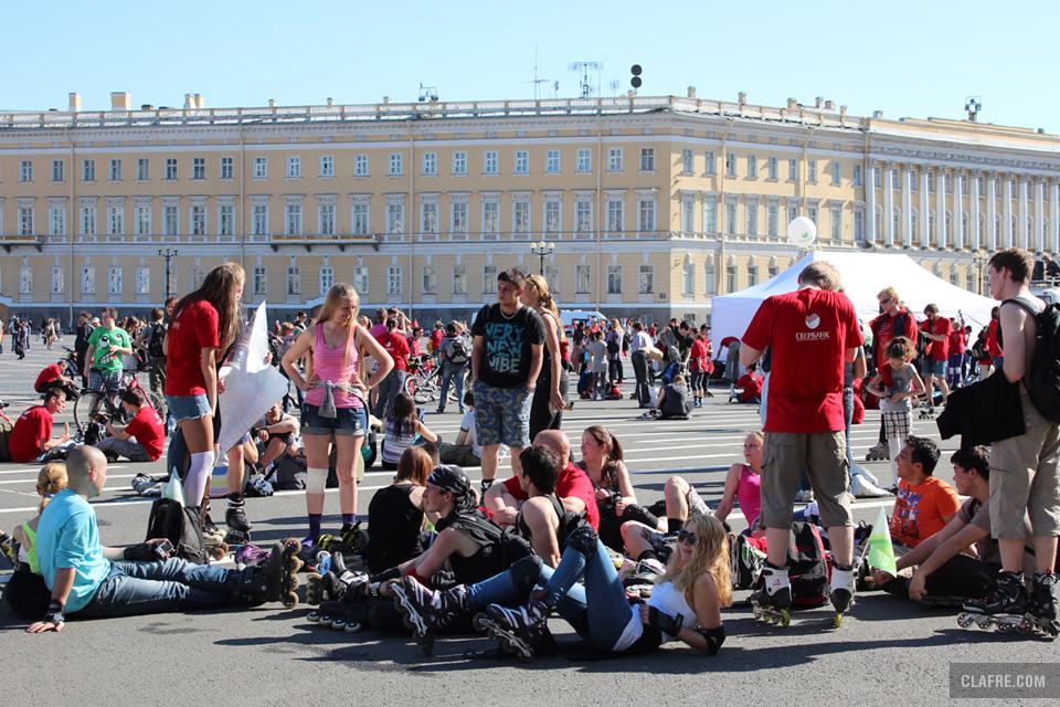 Отдых на Дворцовой площади после пробега