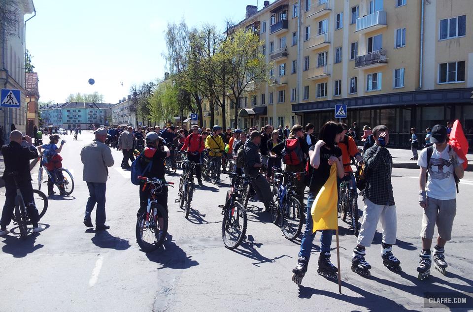 На старте велопробега 9 мая в Великом Новгороде. Роллеры впереди колонны с сигнальными флагами