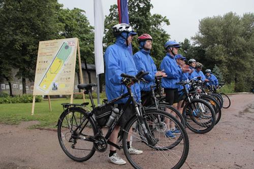 Команда новгородских велосипедистов прибыла на площадку к памятнику Пушкину
