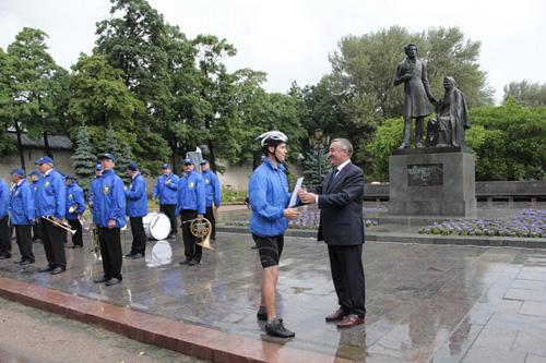 Иван Цецерский и Юрий Бобрышев вручили участникам велопробега дипломы