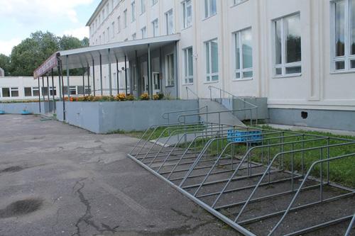 Велостоянка около Новгородского института
