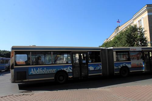 По городу ездят автобусы с рекламой воды Адельхольценер