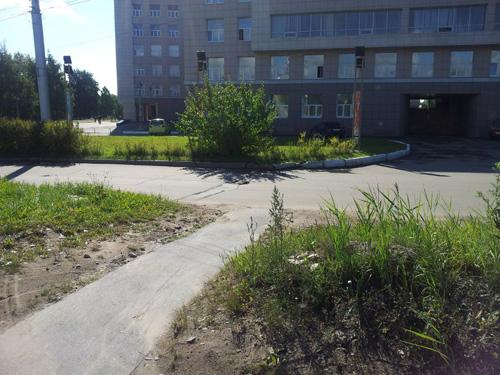 Дорожка на спуске с путепровода к университету выходит на проезжую часть