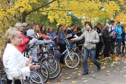 Ученик лицея Юрий Сидоренко вручил памятки о безопасной езде всем велосипедистам лицея