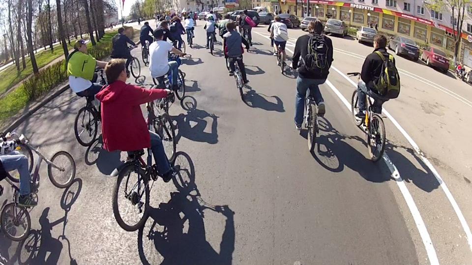 Участники пробега «День Победы» проезжают сквер Воинской славы
