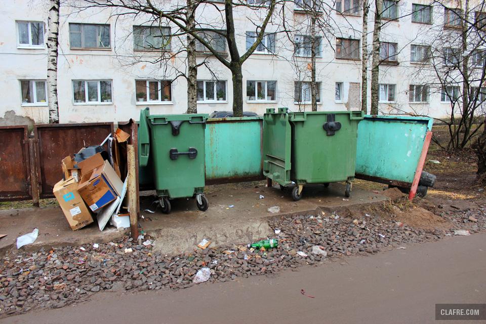Мусорные контейнеры на улице Космонавтов