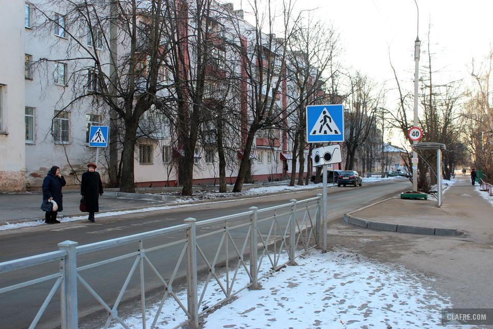 Пешеходный переход и автобусная остановка