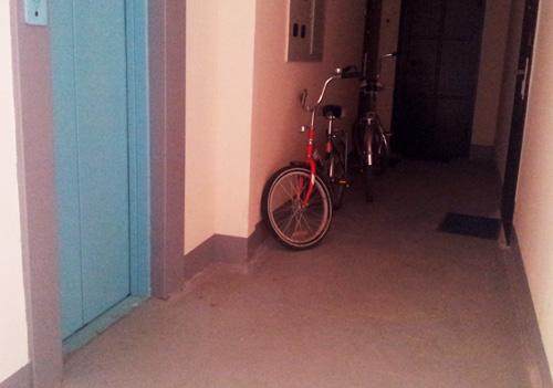 Вынужденное хранение велосипедов на лестничной площадке многоквартирного дома