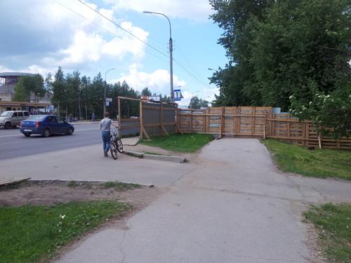 Строительные ограждения на улице Нехинская