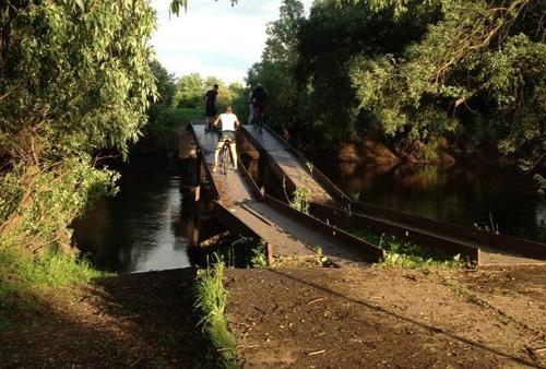 Велосипедисты на мосту через ручей Тарасовец