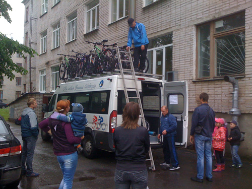 Погрузка велосипедов на крышу микроавтобуса