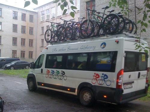 Микроавтобус повезет спортсменов в лагерь