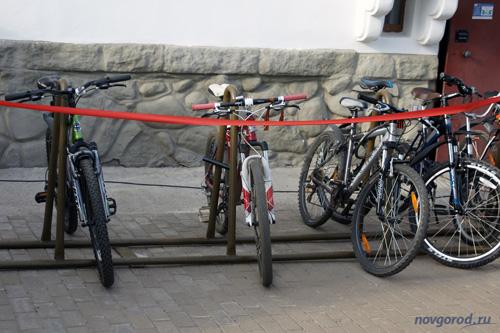 В Великом Новгороде хотят обязать владельцев офисов и магазинов устанавливать велопарковки