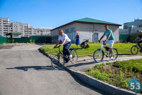 Губернатор Сергей Митин на велосипеде