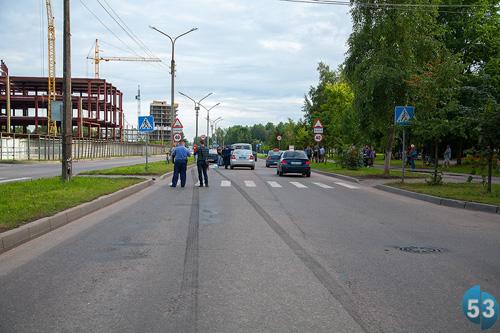Велосипедист переезжал через пешеходный переход