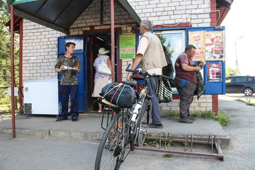 Велопарковка в деревенском магазине