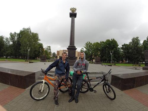 Николай. В первый час познакомились в Новгороде с ним. Автостопщик, катается на велике. И просто добрый человек!
