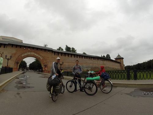 А это путешественники. Не задумываясь подбежал к ним познакомиться. Приехали в Новгород из СПб и направляются на Валдай. Погуляли с ними, пофоткались. Доброте их не видно границ