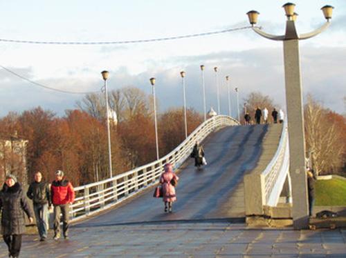 Пешеходный мост в Великом Новгороде не приспособлен для велосипедистов