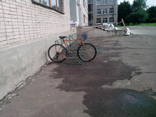 Новая велостоянка у второй гимназии