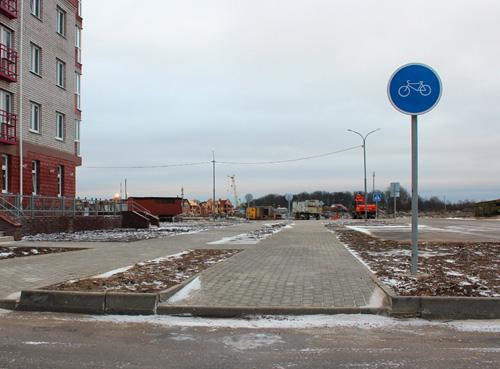 Высокий поребрик на велодорожке по Каберова-Власьевской улице