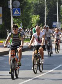 Сейчас город не может похвастаться велоинфраструктурой. Новгородцы колесят либо по проезжей части, либо по тротуарам