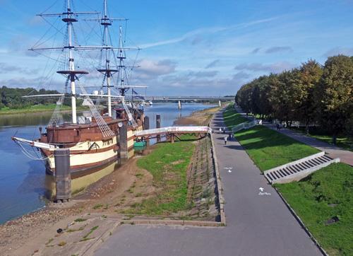 Велодорожка на набережной Невского в Великом Новгороде