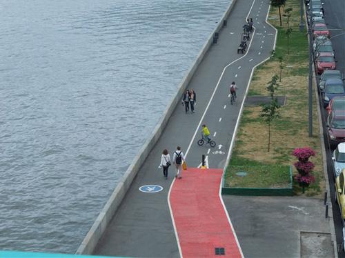 Велодорожка на Крымской набережной в Москве