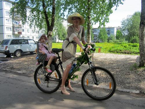 C детьми на велосипеде