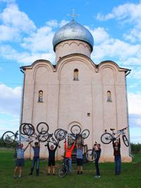 Велосипедисты у церкви Спаса на Нередице