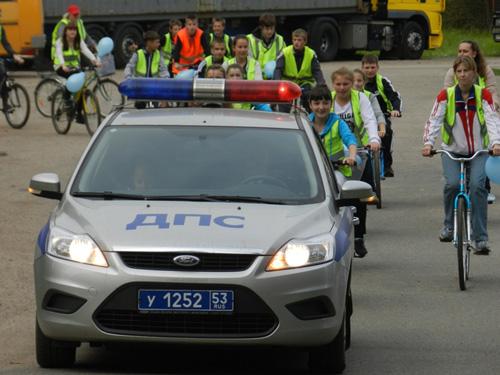 Колонна велосипедистов с сопровождением сотрудников полиции