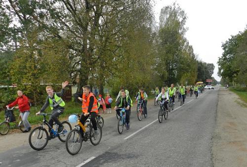 Юные велосипедисты преодолели четырехкилометровый маршрут от Новоселицкой школы до деревни Божонка и обратно