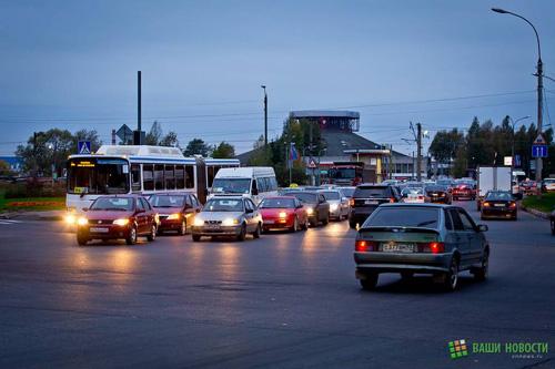 Плотное движение на улицах Великого Новгорода в День без автомбиля