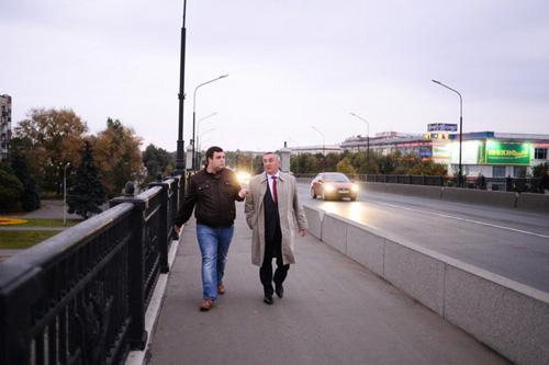 Юрий Бобрышев идёт на работу пешком
