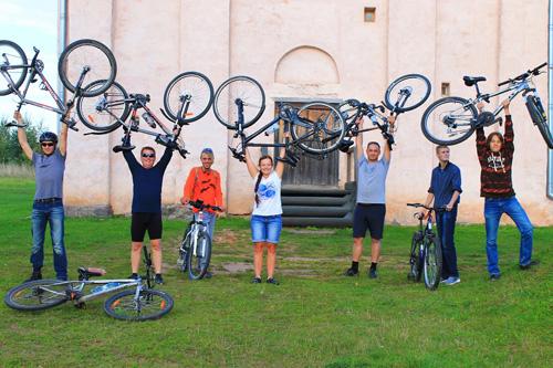 Новгородские велосипедисты у церкви Спаса на Нередице
