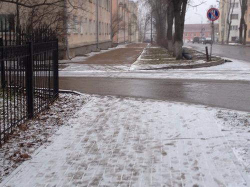 Тротуар не посыпанный песком (вблизи) и тротуар засыпанный песком (вдали)