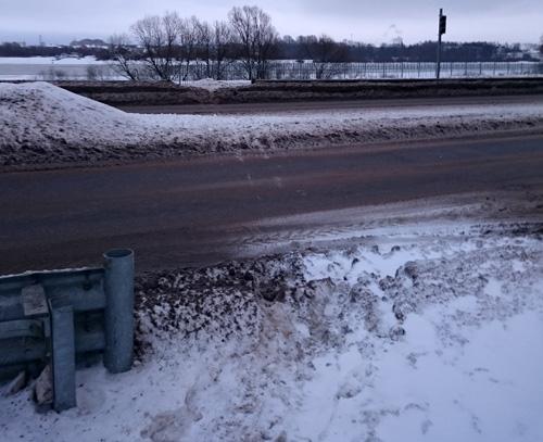 Велосипедный переезд завален снегом и грязью