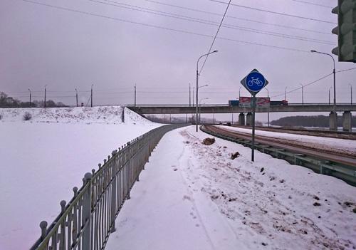 Непролазная толща снега на велосипедной дорожке под Колмовским мостом