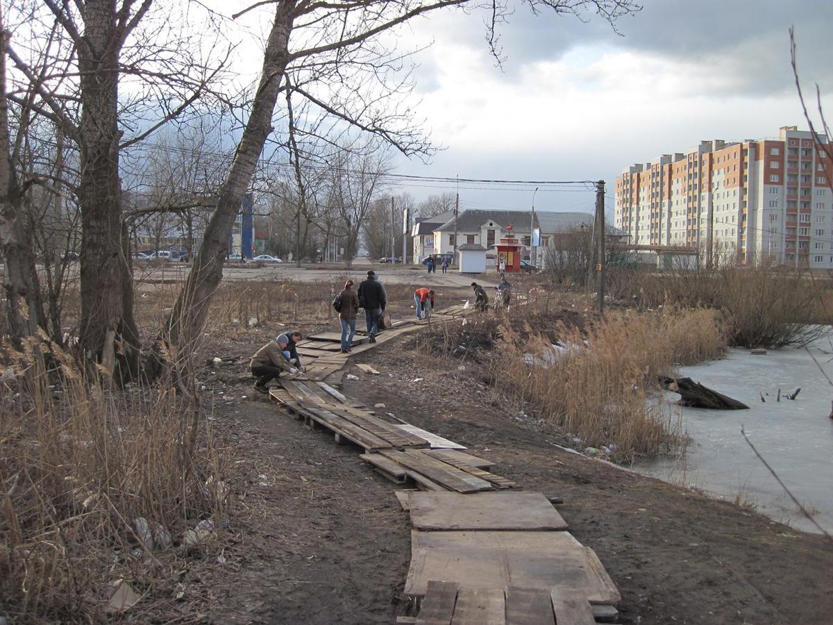 Устройство жителями деревянного настила на территории «парка»