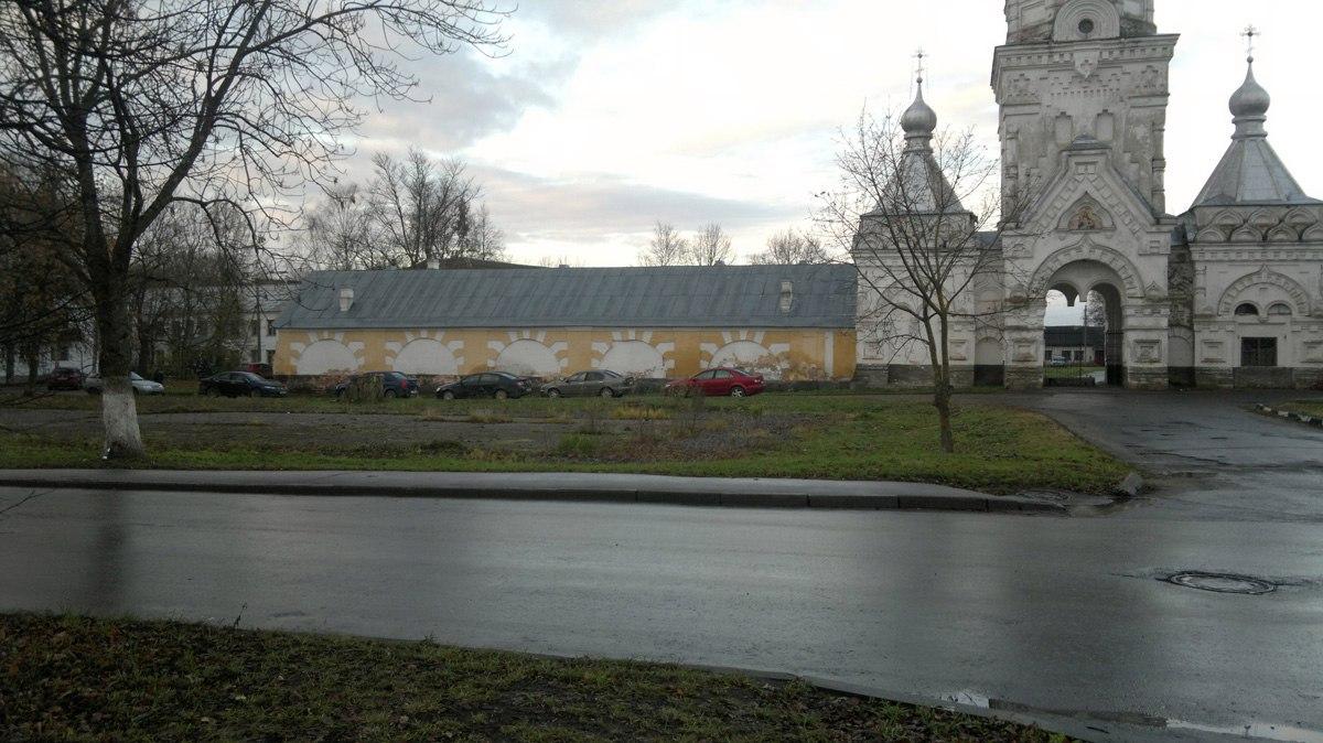 Перед Десятинным монастырём в Великом Новгороде