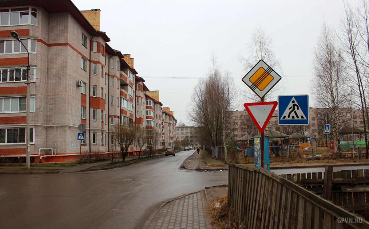 Перекрёсток Зелёной и Донецкой улиц в Донецком районе Великого Новгорода