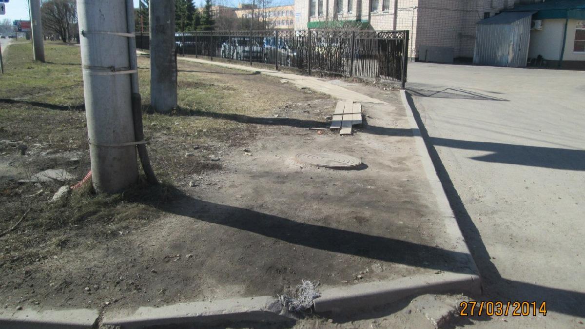 Тротуар у здания суда