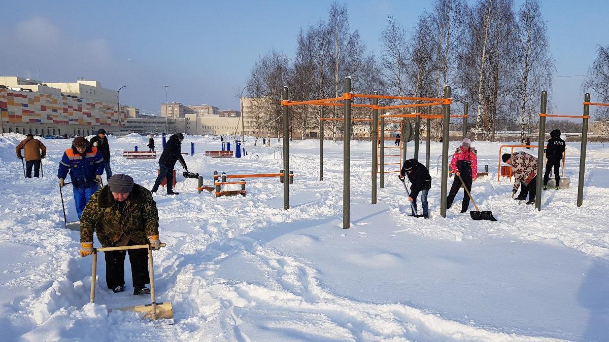 Уборка снега в парке Юности
