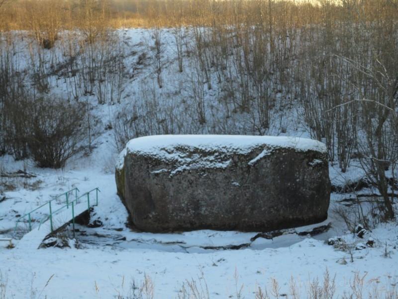Валун у деревни Камень