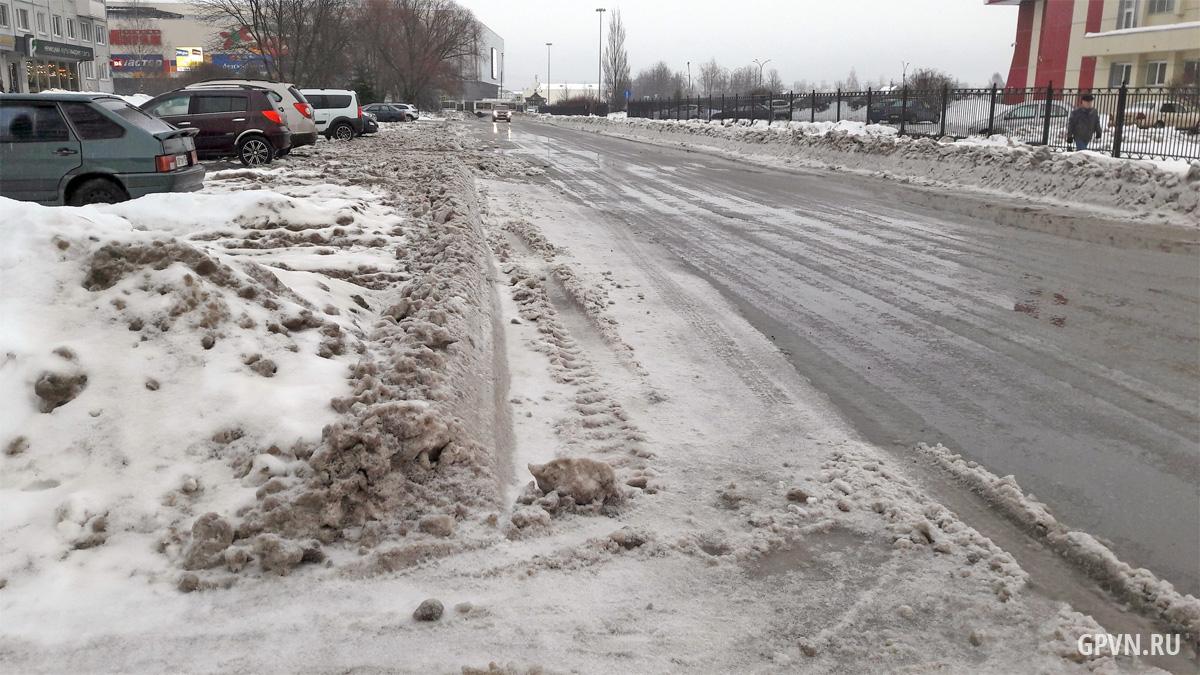Отвалы снега на улице Попова