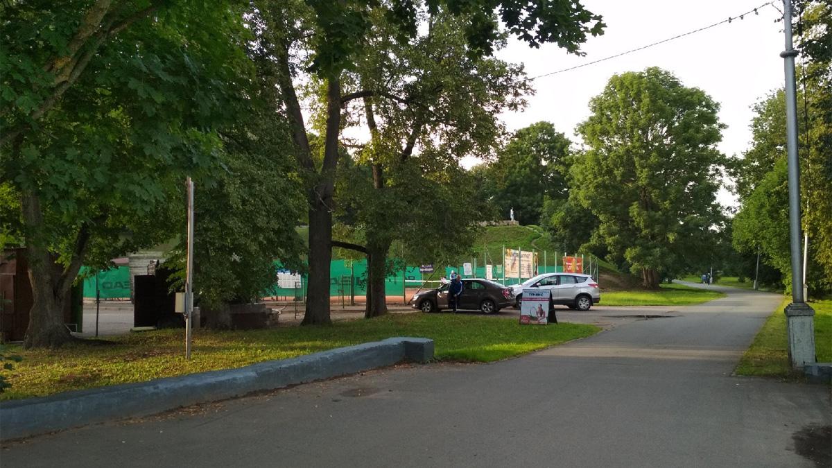 Автомобили в парке